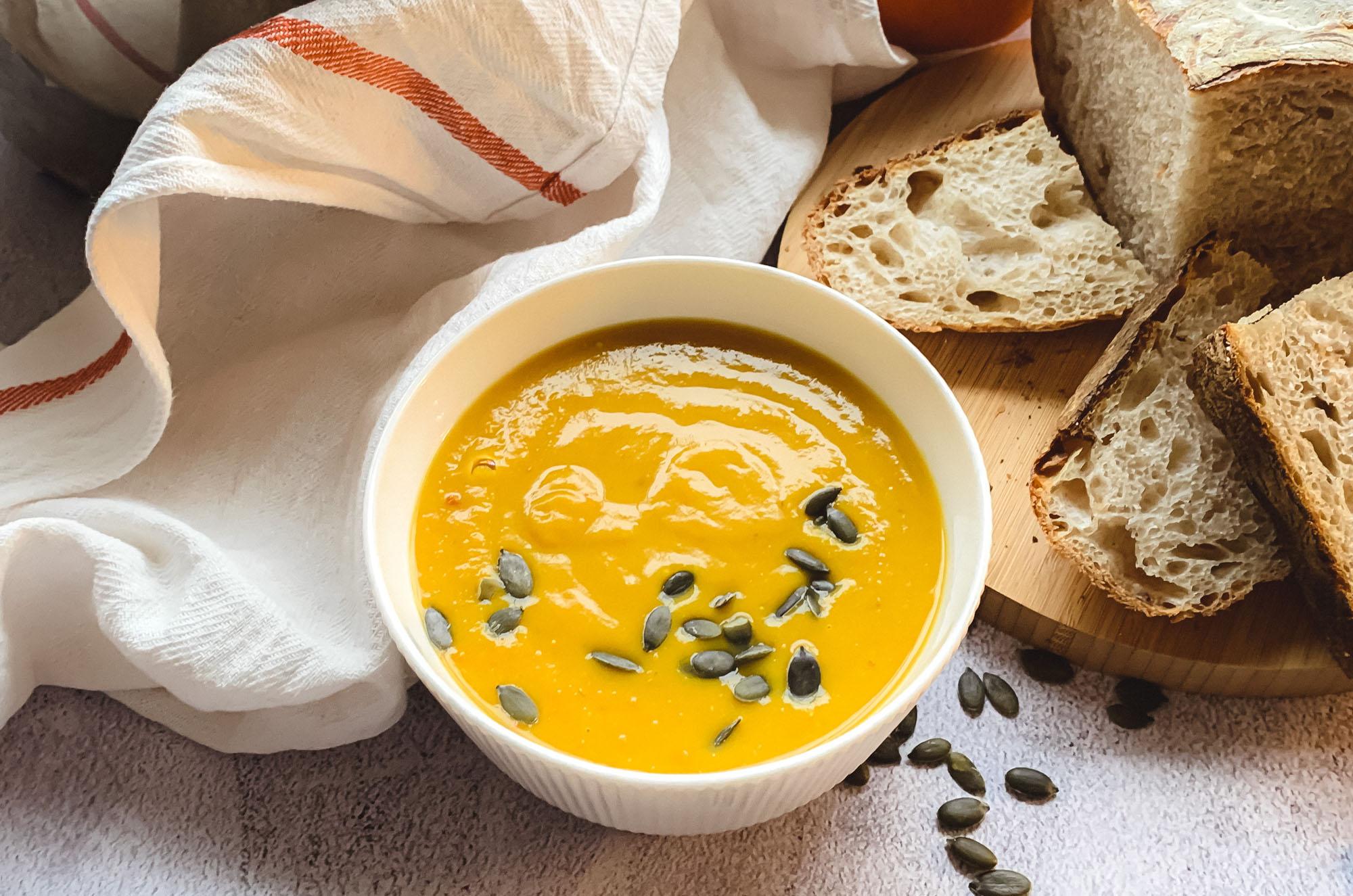 Wegańska zupa krem z dyni i soczewicy - przepis | greenmenu.pl